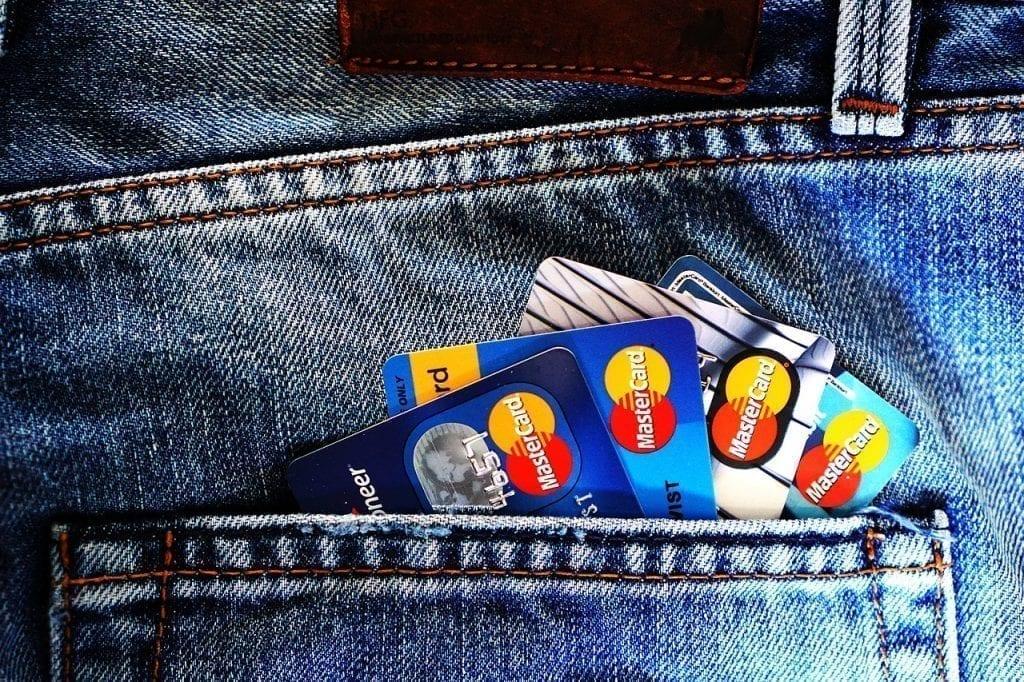 calça jeans com vários cartões de crédito no bolso