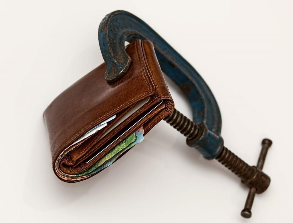 uma carteira sendo esmagada para representar crédito difícil