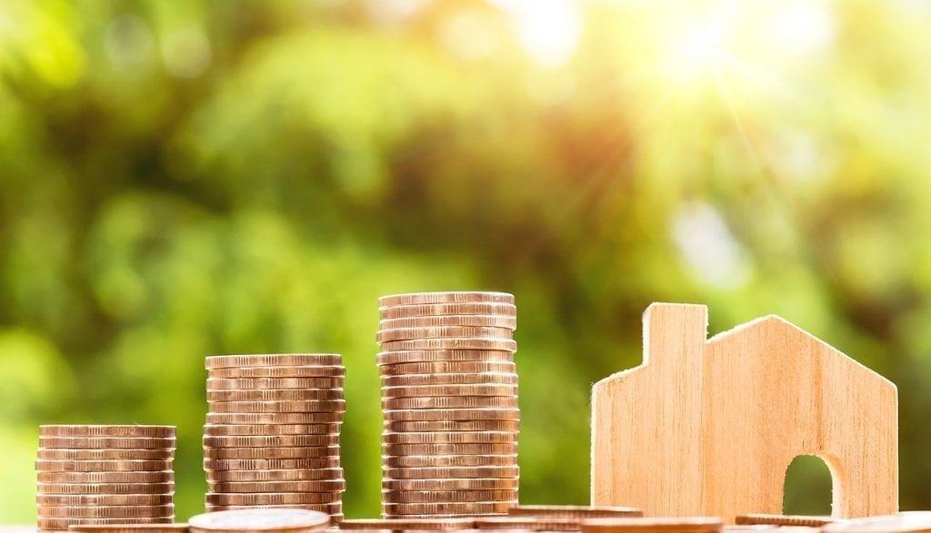 moedas em pilhadas em ascensão e casinha no final para falar sobre crédito imobiliário