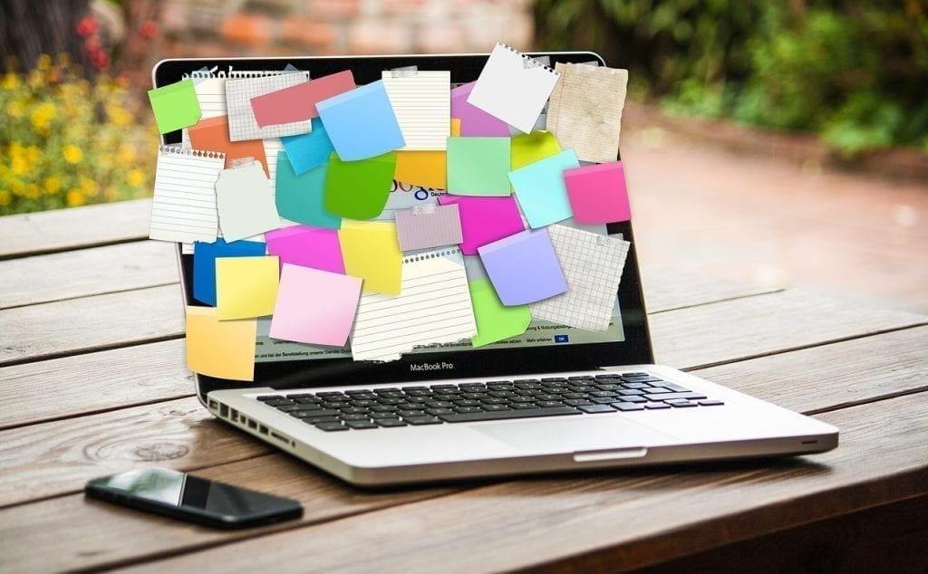 notebook com diversos post-its na tela