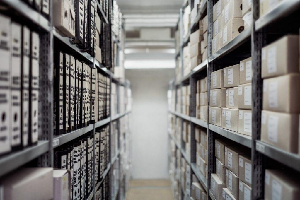 corredor de estoques repleto de caixas