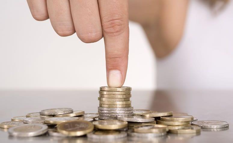 dedo tocando no dinheiro